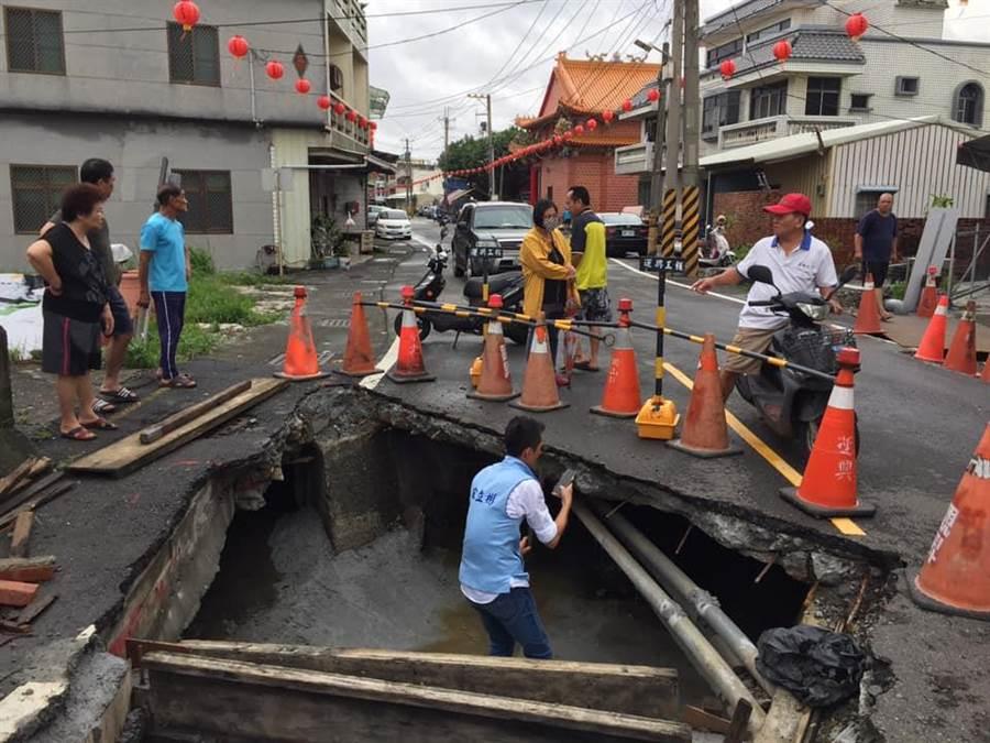 高雄市議員宋立彬勘查坍塌的彌陀光華路段排水箱涵。(圖/擷自宋立彬fb)