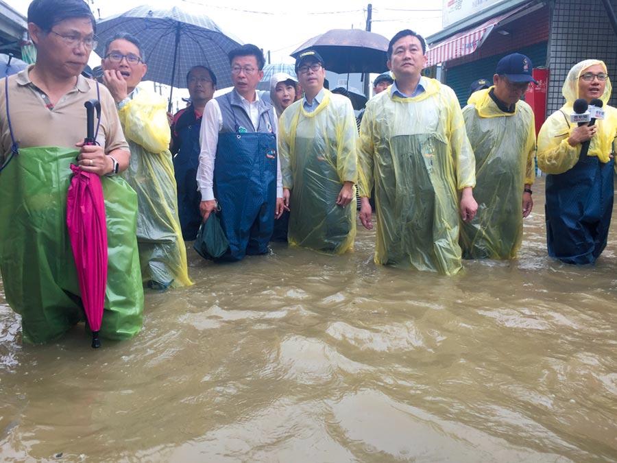 0813豪雨釀災,行政院副院長陳其邁(右二)到台南仁德勘災。圖/本報資料照片