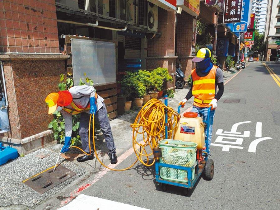 高雄巿府環保局清潔隊員招考24日拍板取消加分機制,以貫徹巿長韓國瑜用人公平、公開的原則。圖為清潔隊員執行工作,與新聞事件無關。(曹明正翻攝)