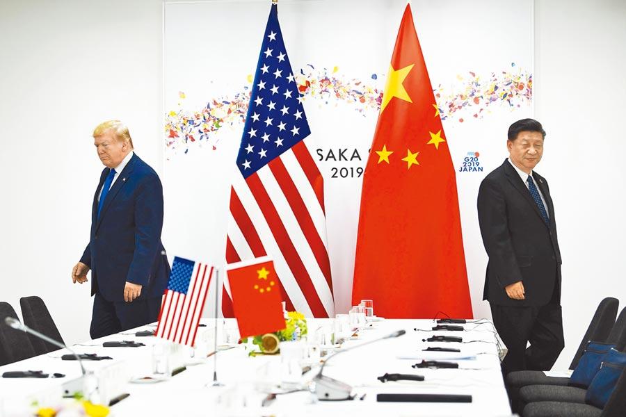 過去一直稱習近平(右)為「朋友」的川普(左),23日推文時首次稱習為「敵人」;圖為他們在日本大阪G20峰會期間舉行雙邊會談。(法新社)