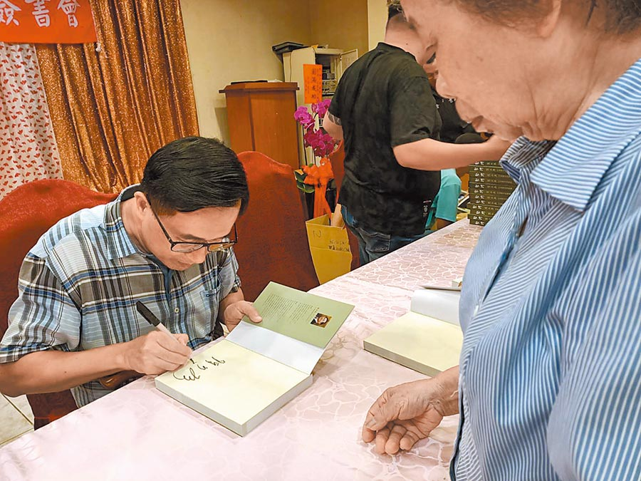 前總統陳水扁24日赴嘉義縣新港鄉舉行新書《堅持》簽書會,有民眾發現簽名俐落快速,手也比較不抖。(張毓翎攝)