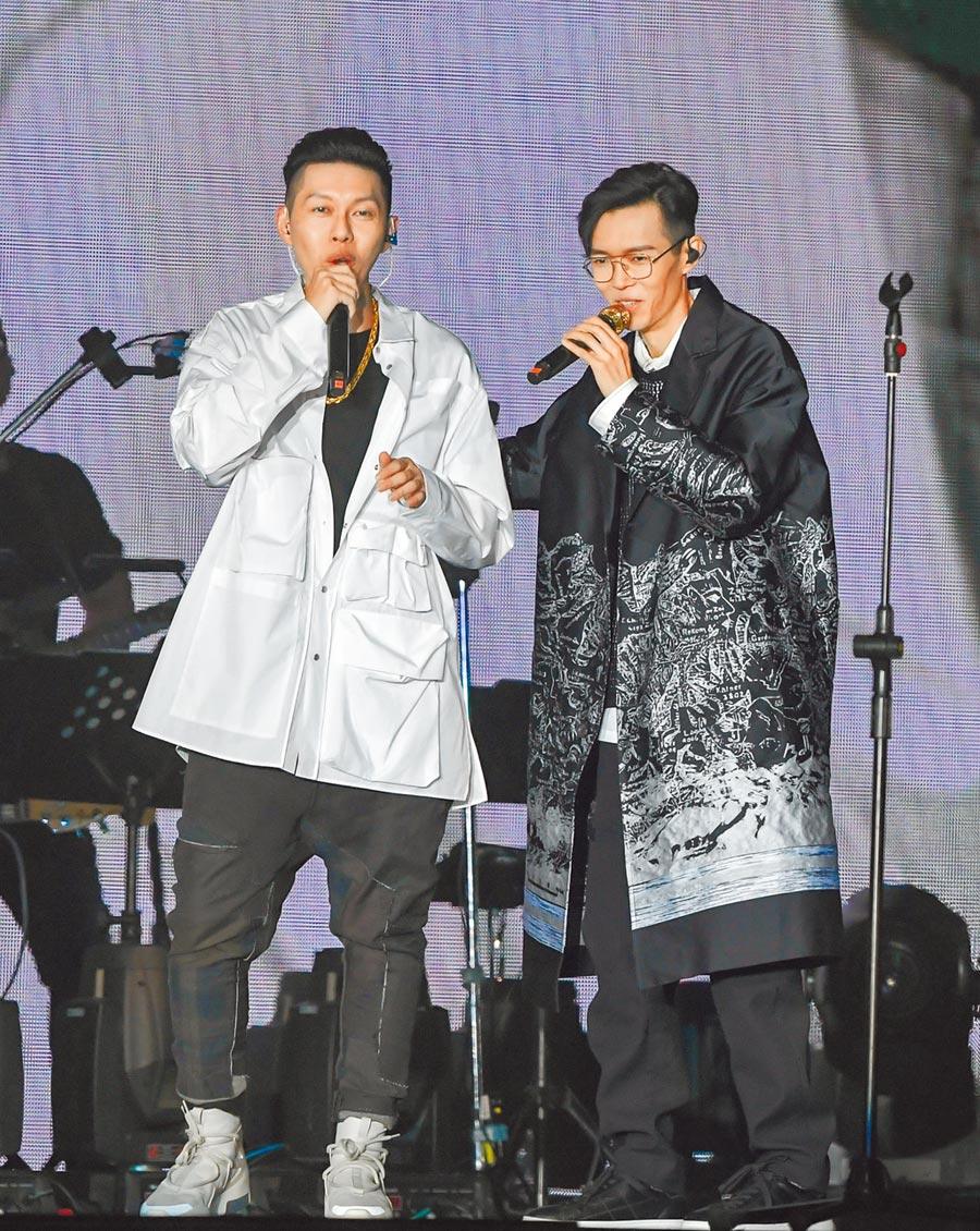 方大同(右)邀蛋堡合唱〈寫一首歌〉。(盧禕祺攝)