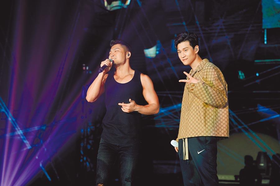 周興哲(右)昨在高雄開唱,邀李玖哲擔任嘉賓。