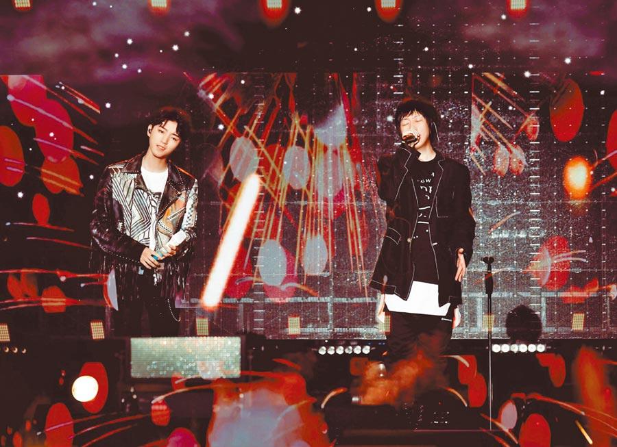 阿信(右)前晚邀TFBOYS的王俊凱合唱〈洋蔥〉。