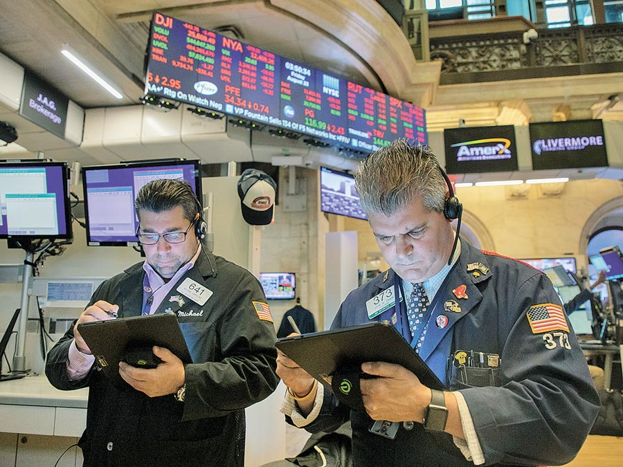 美東時間23日,紐約股市三大股指大跌,紐約證交所工作的交易員神色凝重。(新華社)