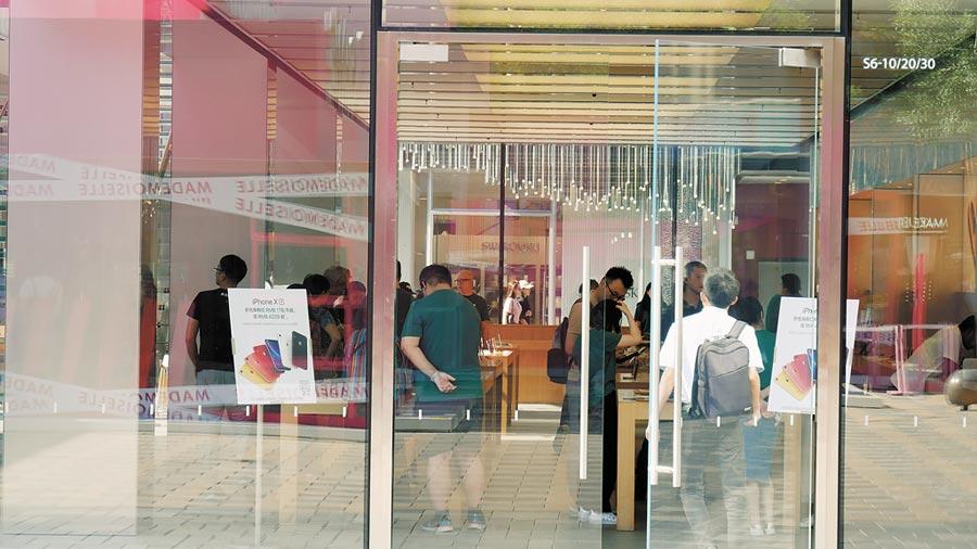 貿易戰勢將影響蘋果手機在陸銷量,圖為位於北京三里屯的蘋果手機專賣店。(本報資料照片)
