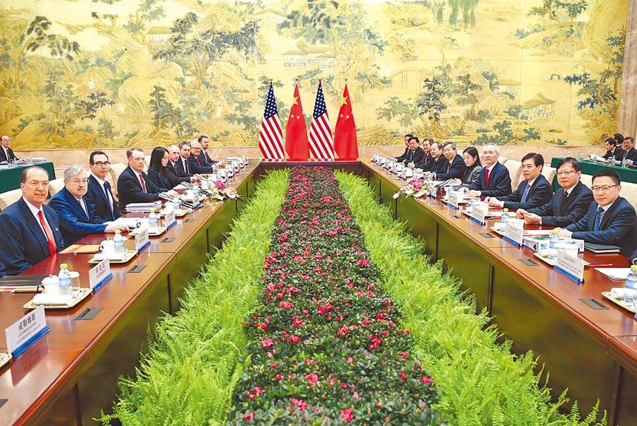 中美貿易談判可能於下月展開新一輪磋商。圖為2月14日,中美經貿高級別磋商在北京開幕。(新華社)