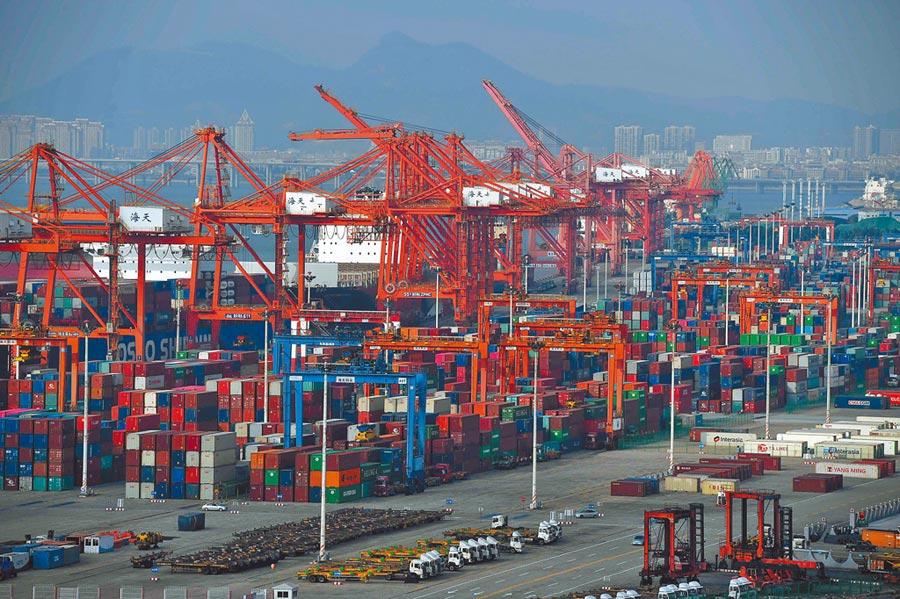 中美貿易戰再升溫,台商不好過。圖為廈門港。(中新社資料照片)