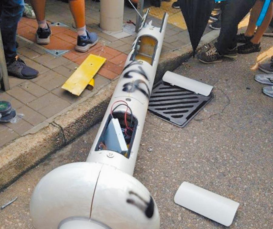香港智慧燈柱倒塌。(取自東網)