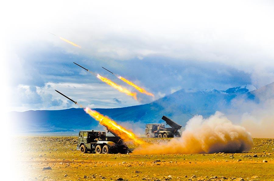 解放軍陸空聯合實兵演習,火箭炮群向目標發起猛烈攻擊。(新華社資料照片)