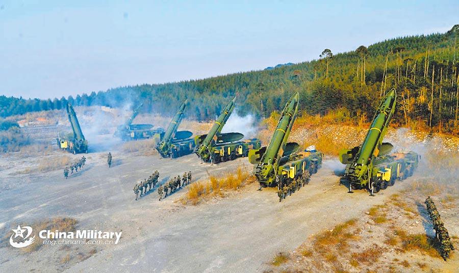解放軍東風-17是在東風-16基礎上發展形成。圖為解放軍火箭軍進行東風-16發射演練。(取自中國軍網英文版)