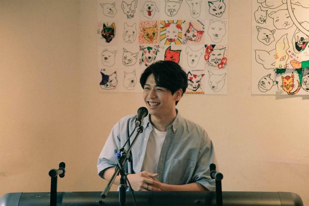 蔡旻佑近日推出新專輯《變心記》,25日撥空出席公益活動獻唱,以不插電方式、在一小時用歌聲陪伴所有粉絲。(何樂音樂提供)