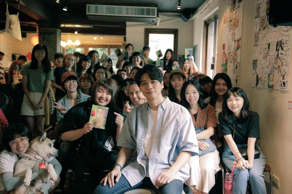 蔡旻佑近日推出新專輯《變心記》,25日撥空出席公益活動獻唱,蔡旻佑坐著和歌迷零距離互動。(何樂音樂提供)