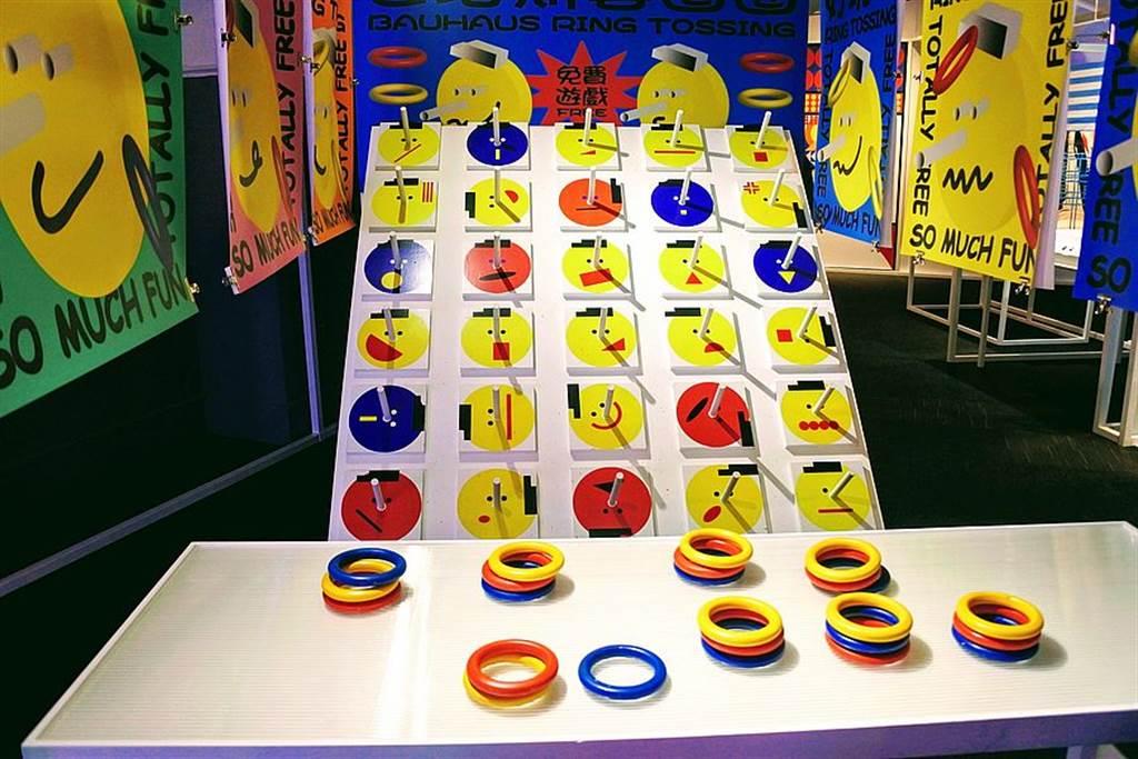 採用傳統夜市套圈圈遊戲來詮釋「包浩斯色彩學」!