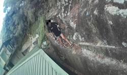拖鞋女獨攀大屯山困懸崖  壯警單手救起