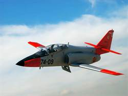 西班牙C-101教練機墜海 飛行員未彈射