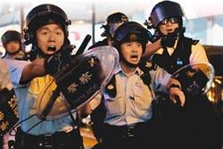 首度發射水炮 強勢清場!香港示威者擲汽油彈 警開第1槍