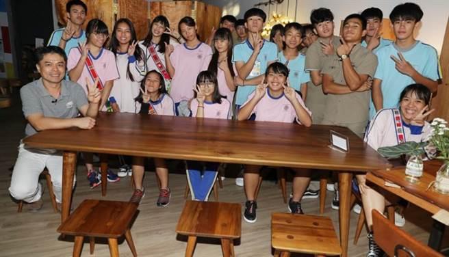 花蓮縣玉里鎮玉東國中木工班已經邁入了第11屆,今年6月底在華山藝文特區舉辦為期9天的師生畢業聯展,參展作品以「美麗的家」為起源,由15位9年級學生以一整個學年的時間,用自己的雙手,分工合作完成一個家庭所需要的傢俱,其中包含書櫃、檯燈、桌椅與屏風等多件大小不一的木工作品。(季志翔攝)
