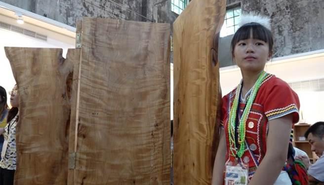 今年畢業的鍾美貞,雖然他的木雕手藝在展覽中獲得好評,不過由於家庭經濟困難,她未來是選擇就讀護校以早點就業 。(季志翔攝)