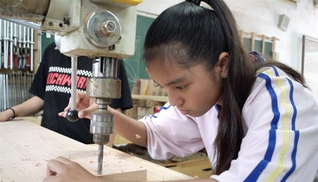 陳芷婷仔細的為木板鑽孔,她的父母分屬阿美族與排灣族,她遺傳到阿美族母系社會的特質,心思細膩具有領導的能力。(季志翔攝)
