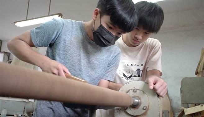 潘紹晨(左)負責相當消耗體力的車床,9年級一整個學年他都在工廠製作配件,是玉東國中第11屆木工班裡面最優秀的學生。(季志翔攝)