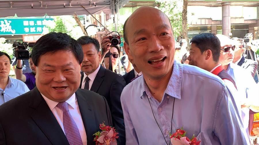 高雄市長韓國瑜(左)、大甲鎮瀾宮董事長顏清標(右)。(中時資料照,柯宗緯攝)