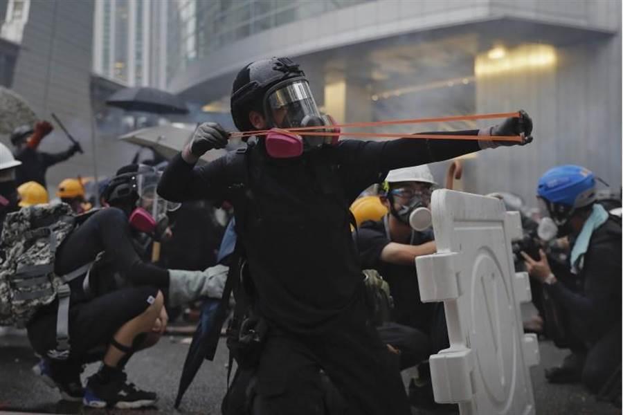 8月25日香港抗爭活動再升級,圖為示威者使用彈弓。(美聯社)
