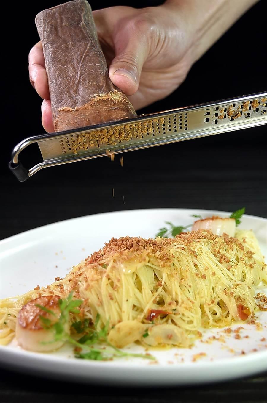 寒舍艾麗酒店的〈La Farfalla〉餐廳轉型為單點餐廳後,食材用料與服務同步升級,客人可以嘗到主廚在桌邊現刨義大利風乾鮪魚卵提味增香的〈北海道干貝薩丁尼亞魚卵天使麵〉。(圖/姚舜)