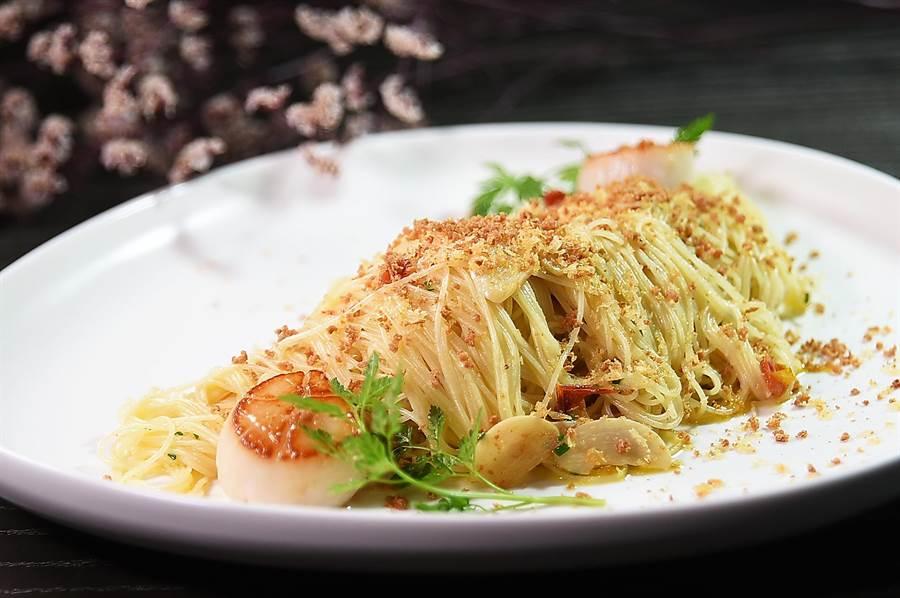 寒舍艾麗La Farfalla餐廳全新義大利菜式〈北海道干貝薩丁尼亞魚卵天使麵〉,形色華麗繽紛,在義大利風乾鮪魚卵與台灣烏魚子提味下,味道非常誘人。( 圖/姚舜)
