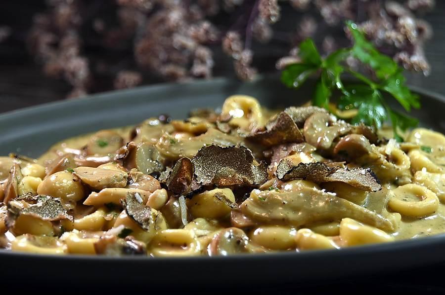 寒舍艾麗〈La Farfalla〉餐廳新菜單上的〈黑松露朝鮮薊蘑菇手工貓耳朵義大利麵〉,滋味濃郁、手工貓耳朵麵的口感aldnete。(圖/姚舜)