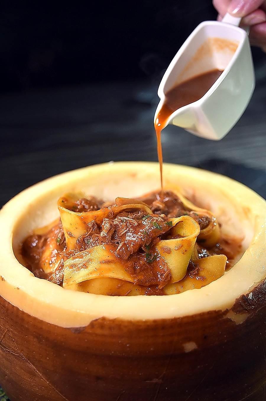 寒舍艾麗〈La Farfalla〉餐廳新菜單上的〈佩科里諾羊乳酪燉鴨醬手工寬帶麵〉,將炒好的寬帶麵放入義大利最古老的佩克里諾(Pecorino)起司輪中,利用麵體的溫度融化乳酪,故滋味更香濃。〈圖/姚舜)