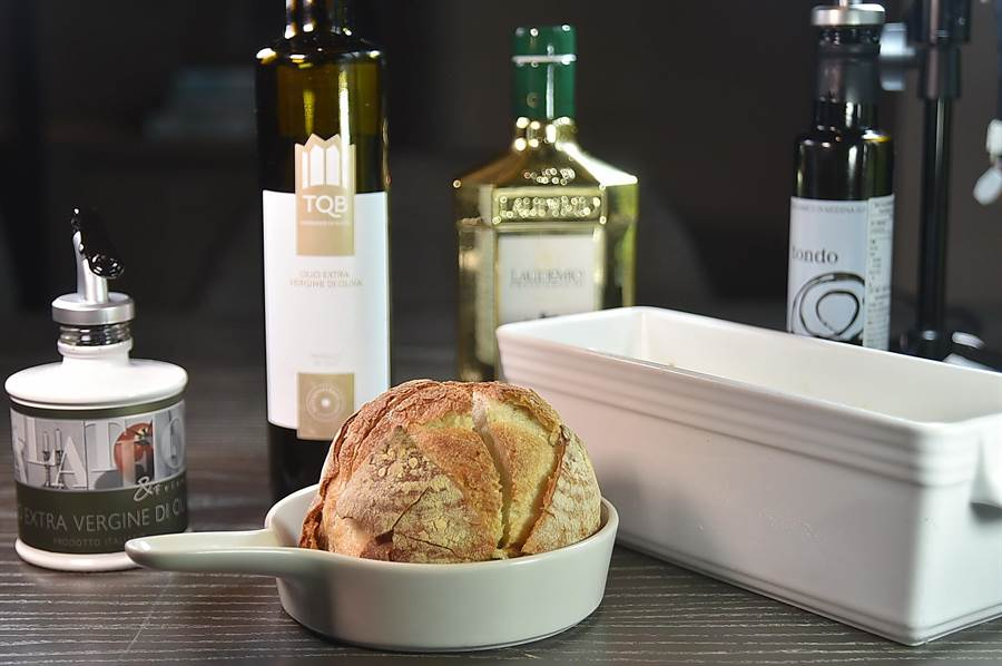 為提升客人用餐體驗,寒舍艾麗〈La Farfalla〉餐廳一次提供多種不同的義大利橄欖油和酒醋與奶油,讓客人自由選擇搭配麵包。(圖/姚舜)