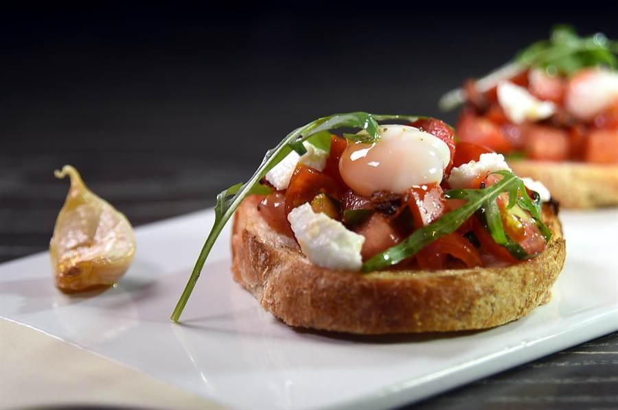 9/1日起到寒舍艾麗酒店〈La Farfalla〉餐廳消費,可以嘗到堆疊著不同食李的各式〈Bruschetta普切塔麵包〉』。(圖/姚舜)