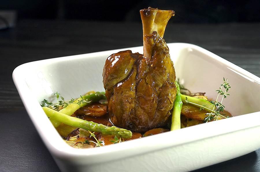 〈慢煮爐烤豬膝〉是將帶骨豬膝先以義式辛香料Sous-Vide慢煮後,再以慢火爐烤,成菜後肉質腴爛,入味至極。(圖/姚舜)