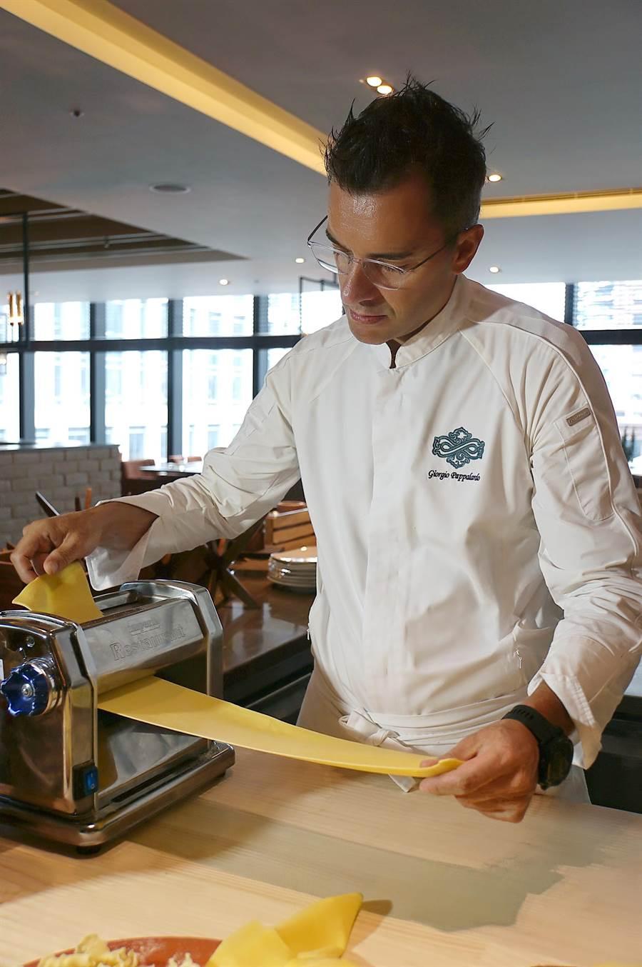 寒舍艾麗酒店〈La Farfalla〉餐廳升級後,所有義大利麵都是廚師現場製作,客人可以看到過程。(圖/姚舜)