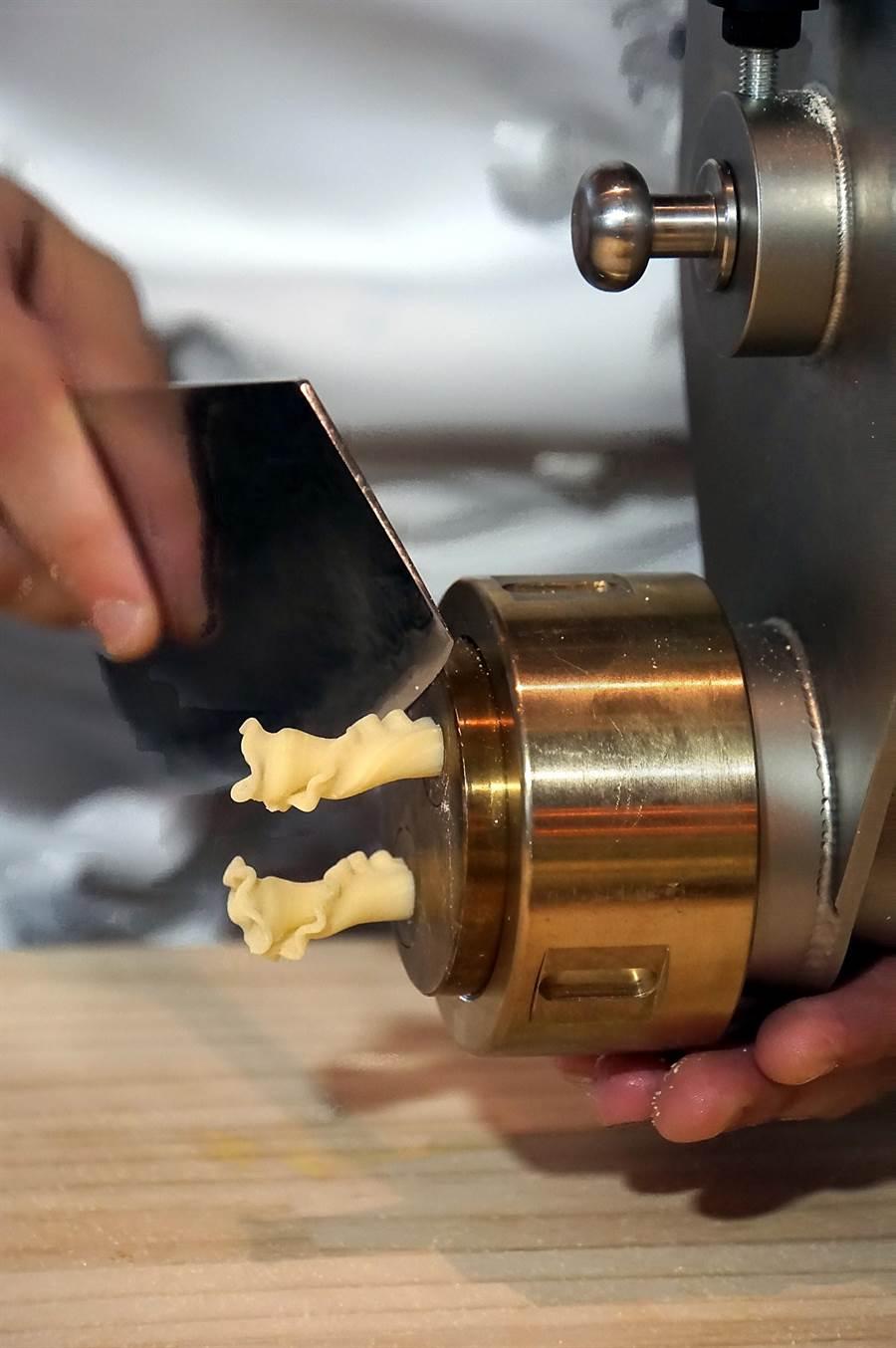 寒舍艾麗酒店〈La Farfalla〉餐廳引進了義大利手工製麵機,可以現場製作各式造型的義大利麵。(圖/姚舜)