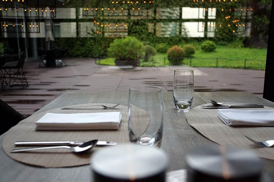 位在寒舍艾麗酒店6樓的〈LA FARFALL〉餐廳是一高樓花園景觀餐廳,臨窗座位可以欣賞花園景致。(圖/姚舜)