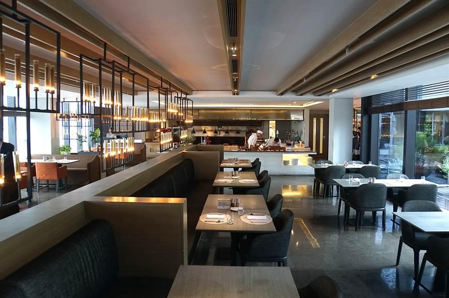 寒舍艾麗酒〈La Farfalla〉義大利餐廳9/1日由Semi-buffet半自助餐廳轉型為a la carte單點餐廳,仍保留開放式廚房。(圖/姚舜)