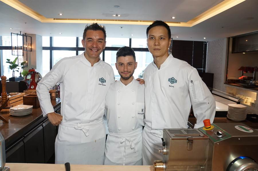 寒舍集團義大利籍西餐廚藝總監Giorgio Pappalardo(左),來台10多年,深諳國人餐飲吃食口味偏好。(圖/姚舜)