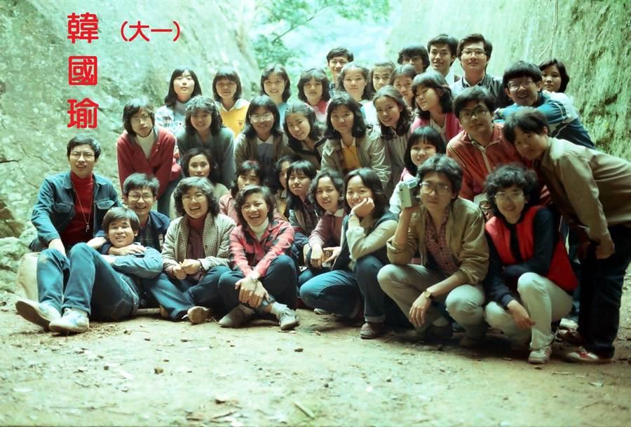 韓國瑜PO出畢業證書自清,他同班同學也看不下去在臉書公開當時同學合照以及通訊錄,證明韓國瑜就是日間部學生無誤,且他們班還出了另外一位名人,就是知名主持人利菁。(黃國雄臉書)