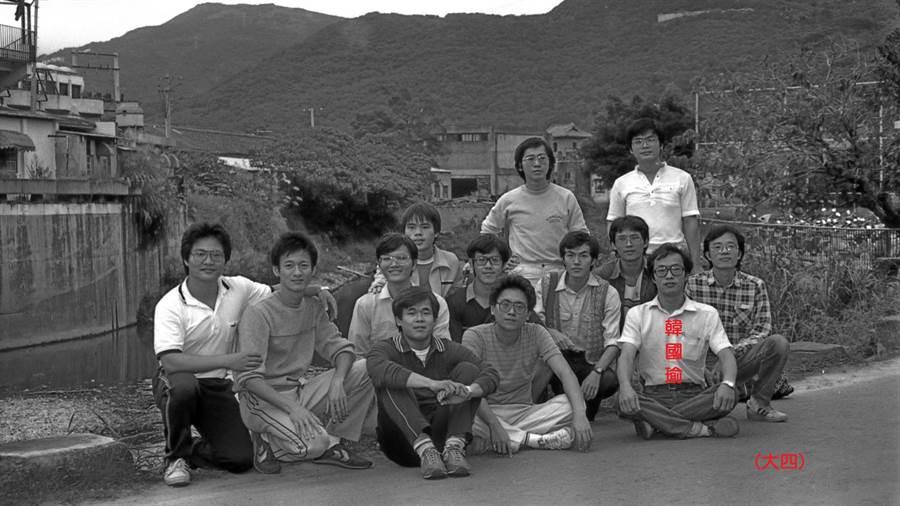 韓國瑜同班同學提供,74年為大學畢業紀念冊拍的男生黑白合照(沒到齊)。(黃國雄臉書)