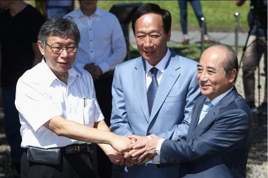 台北市長柯文哲(左起)、鴻海創辦人郭台銘、前立法院長王金平23日合體。(資料照片,杜宜諳攝)