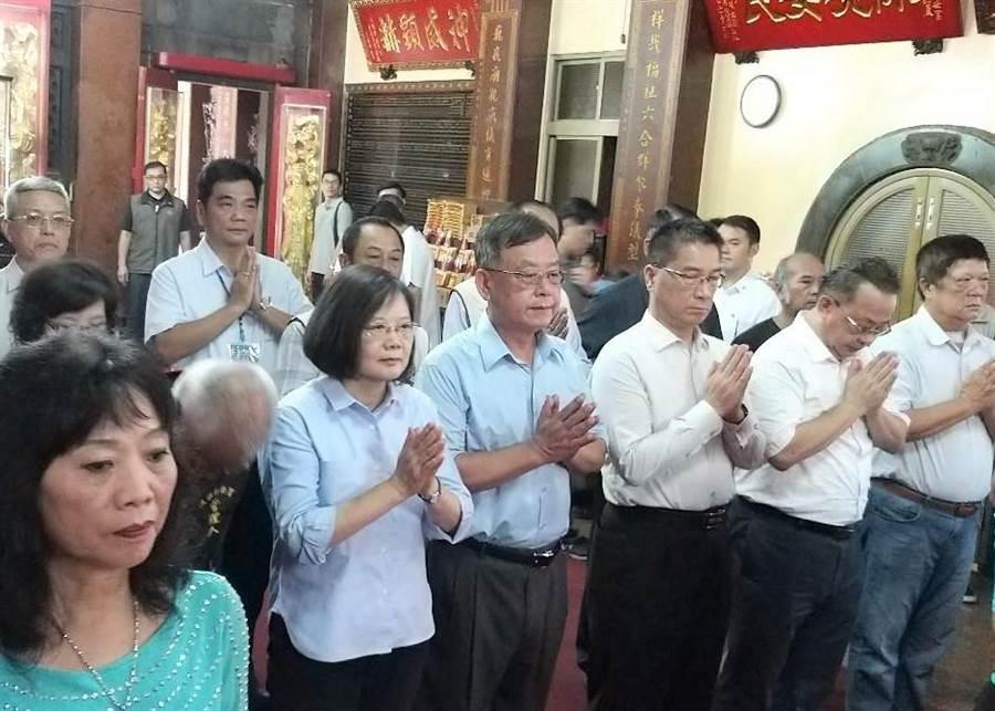 總統蔡英文跨海澎湖保安宮上香祈福。(陳可文攝)