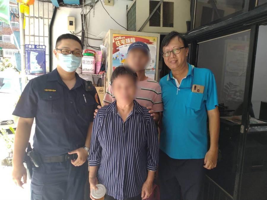 2位員警賴威勻、陳世鈞透過大陸地區人民資訊系統,僅花10分鐘就成功將迷路老婦送回家。(戴上容翻攝)