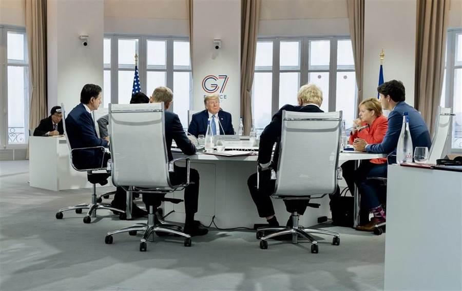 華盛頓郵報報導,美國總統川普慣於在與世界領袖聚會的場合耀武揚威,但這回出席G7峰會首日卻發現自己身處劣勢,只能顯得左支右絀。(圖取自twitter.com/Scavino45)