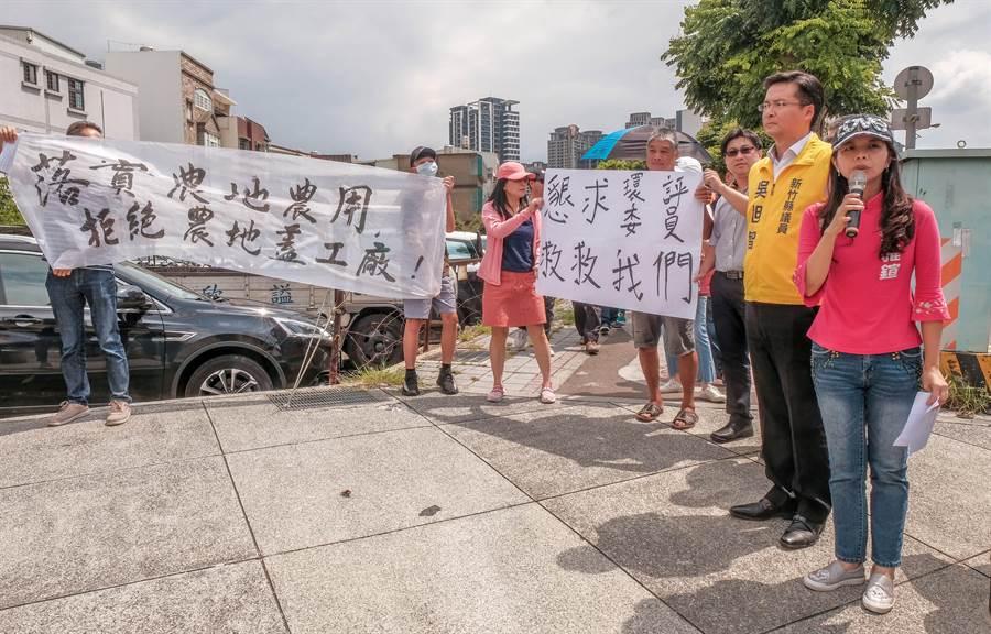 竹北市民代表蔡雅鍹(右)對大享容器擴廠環評,說居民很擔心環評通過居家環境被破壞。(羅浚濱攝)