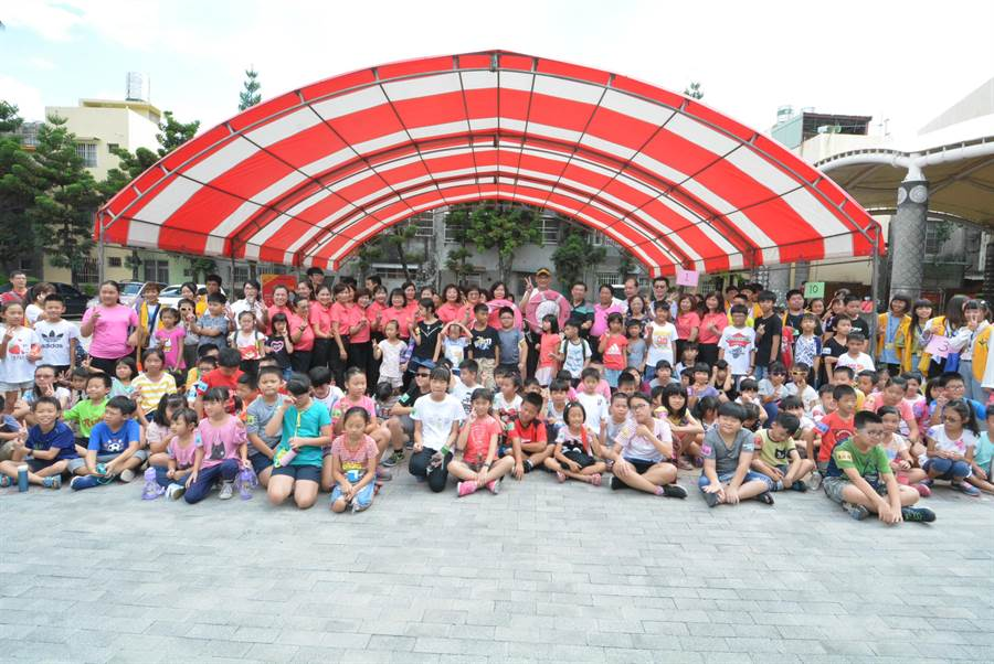 彰化縣消防局今年暑假最後一梯次的「炙熱火鳳凰挑戰營」,26日在彰化縣原住民生活館登場。(謝瓊雲攝)