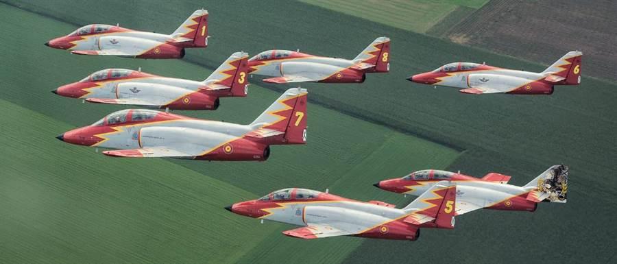 西班牙巡邏鷹表演隊,以C-101教練機為座。(圖/西班牙空軍)