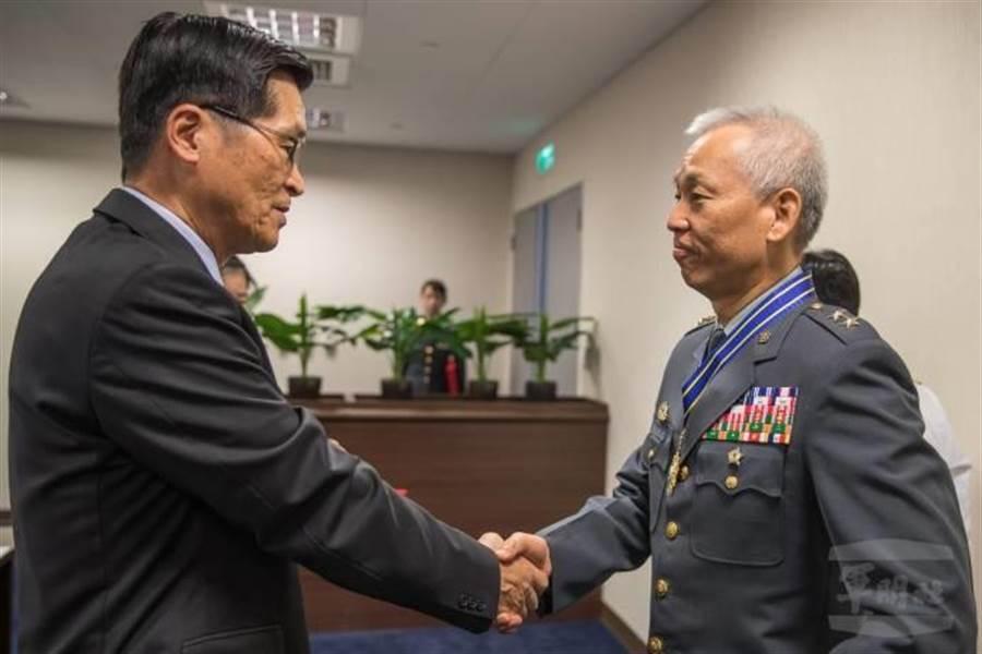 國防部長嚴德發今日上午接見國防部政戰局長黃開森並授勳。軍聞社提供