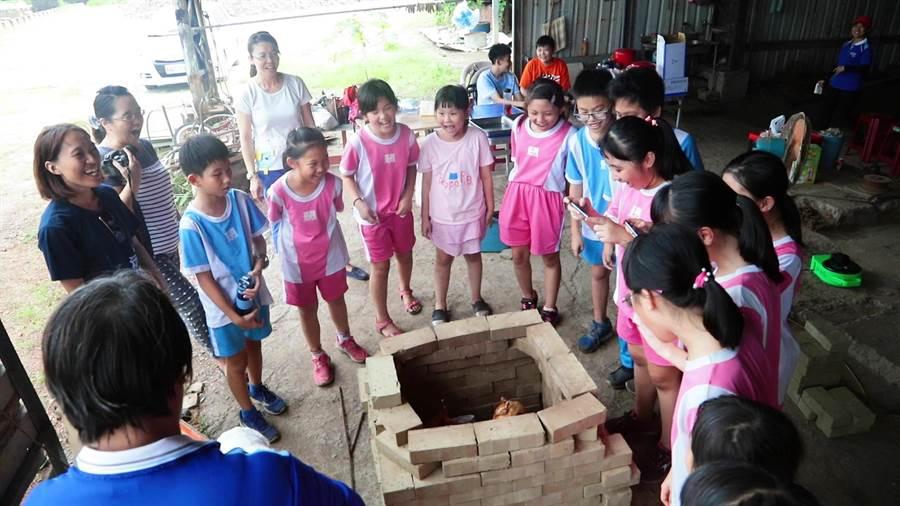長興國小學生探索磚窯廠。(長興國小提供)